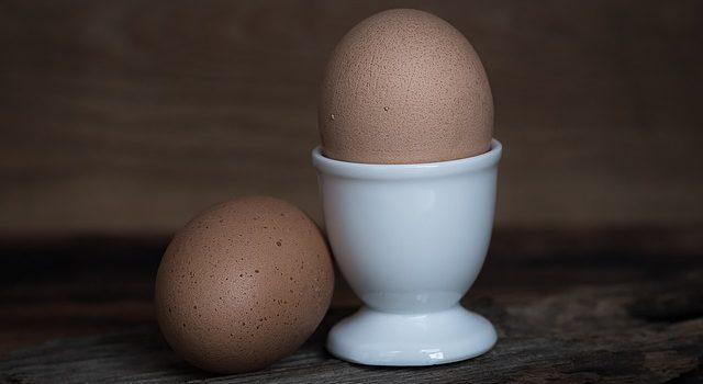 古い卵を塩水に入れると浮き上がる