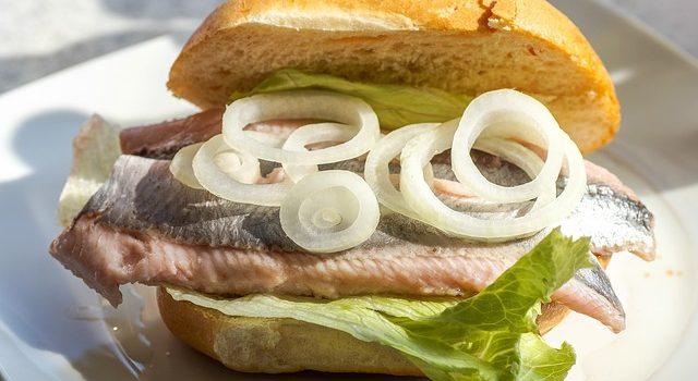 魚の身に酢をかけると白っぽくなる