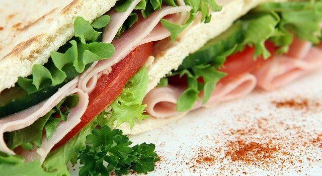 サンドイッチの野菜には先に塩をふる