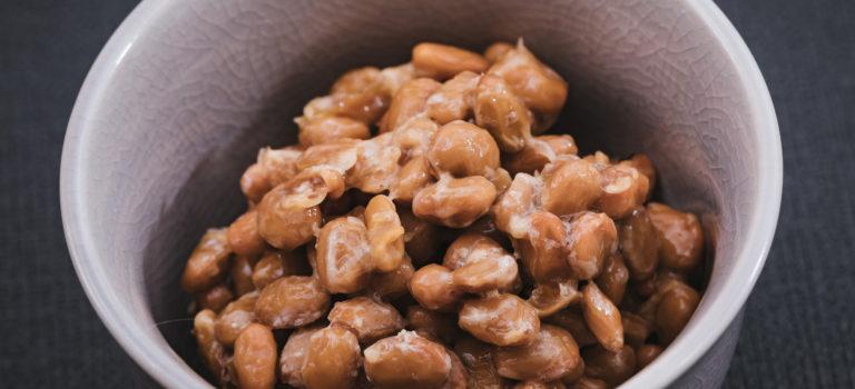 辛い食べ物に納豆を加える
